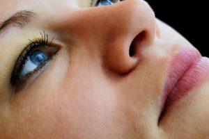 Spróbuj domowych sposobów na opuchnięcia wokół oczu